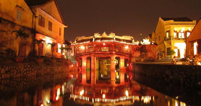 Ngắm chùa Cầu lung linh về đêm ở Phố cổ Hội An