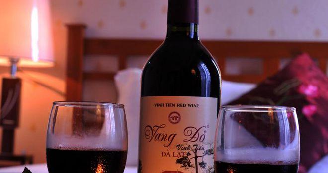 Thưởng thức một ly rượu tại khách sạn Eden Sapa